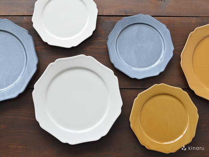 日本のテーブルウエアブランド「スタジオM」の姉妹ブランドである「SOBOKAI(ソボカイ)」のリム皿。お花のようなリムとレトロな色合いが特徴です。