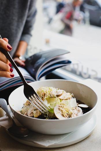 白髪対策には「バランスの良い食事」がとても大切。様々な食品の中でも、とくに髪に良いと言われているのが以下の食べ物です。これらの食品だけで白髪が改善するわけではありませんが、対策法のひとつとして、毎日の食事に取り入れてみてはいかがでしょうか?