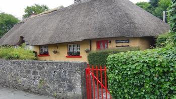 """アイルランドといえばダブリン、ビール!パブ巡り・・といったイメージがついてまわりますが、実は自然がいっぱいの郊外もおすすめです。アイルランドで一番可愛い村と言われる""""アデア村""""は、1820年代に建てられたかやぶき屋根、カラフルにぬられた壁・窓・ドア、美しい花々に囲まれた家々が並んでいます。アイルランド第三の都市、リムリックからバスで30分ほどで到着します。"""
