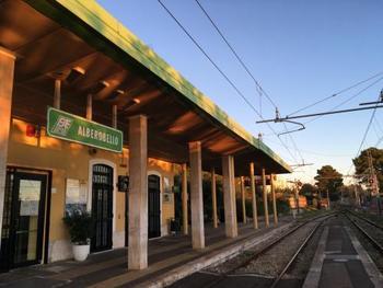首都、ローマからは飛行機か電車でバーリまで行き、そこから私鉄でアルベロベッロ駅まで行くことができます。そこからは徒歩で村を散策できます。