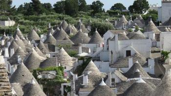 """にょきにょきと空にむかっているようなユニークな屋根が連なる""""アルベロベッロ""""は、南イタリアにある小さな村。このとんがり屋根のおうちが集まった特徴的な景観「トゥルッリ」が1996年に世界遺産に登録されました。"""