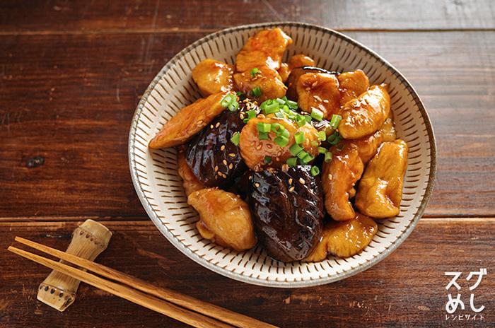 こちらの黒酢のやわらかな酸味がすっきりとしながらコクうまのタレに仕上がっている「なすとささみの甘辛黒酢炒め」もおかずだけでなく、お酒のつまみにも合いそう。手早く作れるうえに、見た目も美味しそうな覚えておくと重宝するレシピです。