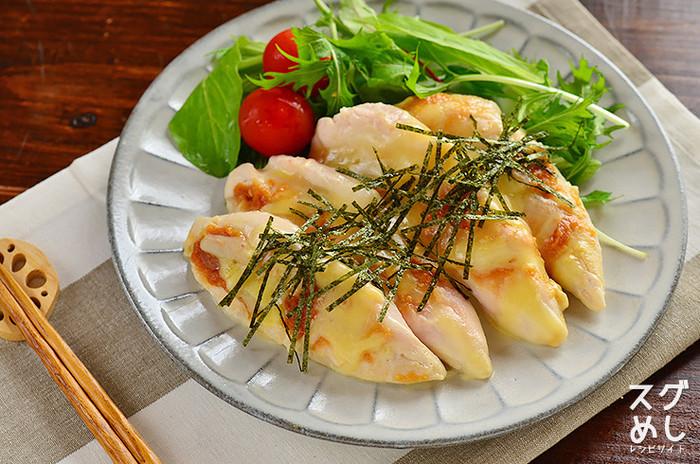 筋を取った鶏ささみを観音開きにして酒をふり、みそ、チーズをのせてレンジでチンしたら刻み海苔をかけるだけの楽チンレシピの「ささみそチーズのレンジ蒸し」は、サラダと一緒に盛り付ければ、味もボリュームも◎のごちそうに。