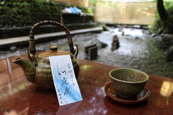 帰りには「美味しい川床料理と、綺麗な空気。お腹も心も満足やねぇ」と思わず笑顔になれそう。また秋にも美しい景色を楽しみに、京の奥座敷・貴船へ行ってみるのもいいですね。