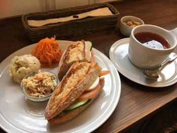 """バゲットなど本格的なパンはもちろん、「野菜畑(ポタジェ)」をテーマに伝統の製法でつくる""""フランス定番""""の野菜たっぷりなお惣菜やケークサレもいただけます。"""