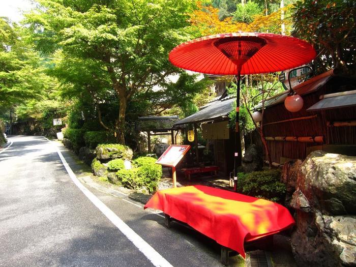 """女子旅でも人気な京都ですが、夏は少し蒸し暑いイメージがありますよね。ですが京都市内から電車でたった30~40分、夏を忘れさせてくれる別世界『貴船エリア』がある事をご存知でしょうか?『貴船』は、京都市左京区にある地名。ここも、""""京都市内""""なんですよ。"""