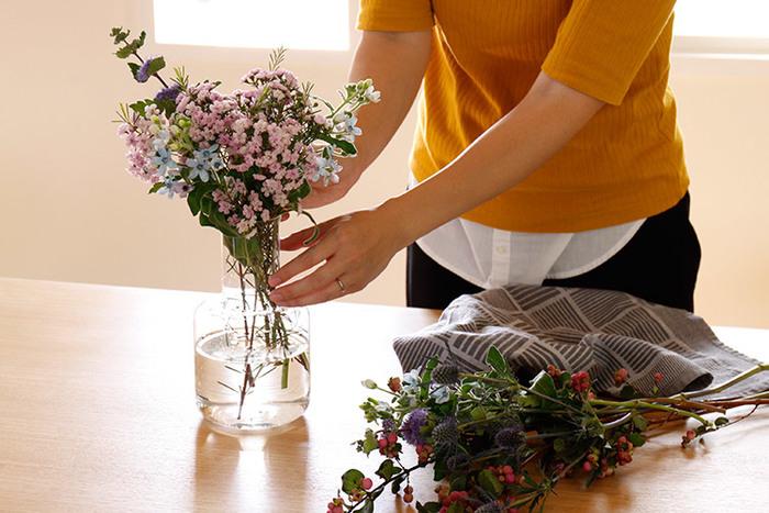 スウェーデンの老舗ガラスメーカー「SKRUF(スクルーフ)」のカラフェ「Ponny karaff」。その名のとおり食卓で水差しとしても使えますが、花瓶の役割も果たせる優秀アイテム。どんな場所でも美しく馴染む、シンプルでモダンなデザインが素敵です。