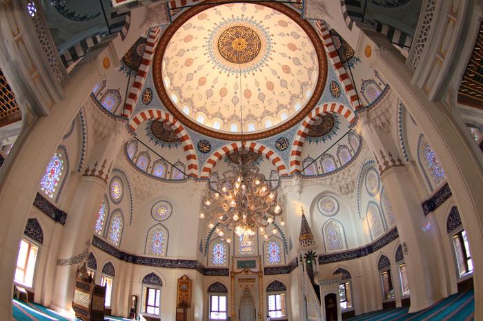 イスラームについての理解を深める施設として、一般にも公開されています。礼拝も見学できますし、土・日の14:30からは日本語ガイド付きの案内もあるそうです。こちらは2階にある礼拝堂。神秘的ですね。