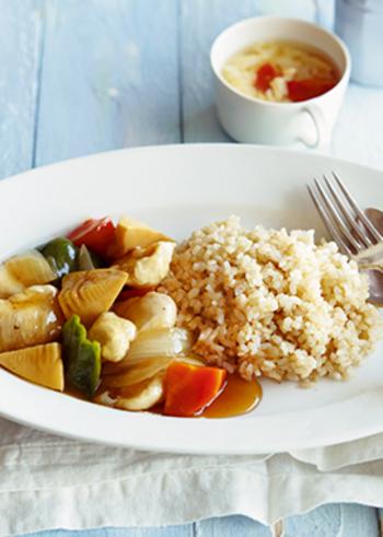 下処理をしてからレンジでチンすれば、鶏ささみがしっとりとし、タケノコ、人参、ピーマン、玉ねぎと野菜もしっかり入り、さらに玄米で、食べ応えのあるヘルシーなプレートの完成です。カラフルな見た目はワンプレートに盛りつければ、まるでカフェ飯のよう♪
