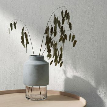 花ではなく、このように草木を入れたり、アロマディフューザーのボトルとして使ったり。コンクリートのクールな素材感もあいまって、かっこいい空間づくりに一役かってくれますよ。