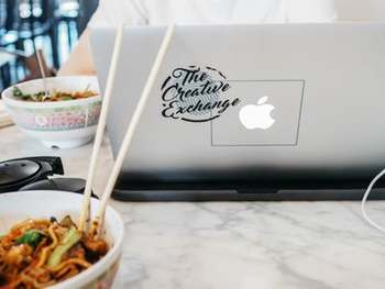 スマホやパソコン、テレビなど見ながらなど、「ながら」食べは避けて、食べるものに集中してごはんをいただきたいものです。食べることに向き合ったら、いつも以上に味や手をかけた調理を感じられるかも。