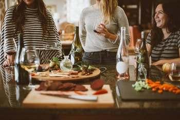 どんな場所で、誰と何を食べていても、せっかくなら楽しく食べたい!どんなにおいしい料理でも楽しくなかったら、本当の意味で「味わう」ことなんてできないから。よい気分で食事を重ねたほうが、食べる自分だってしあわせなはずです。