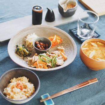 夕食は胃腸に負担をかけないためにも、寝る3時間前に食べ終えるのが理想です。発酵食品や野菜をふんだんに使った和食寄りの献立がおすすめです。もちろん洋食でも可。急いで食べずによく噛んでいただきましょう。