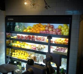 お店の名前でもある「SOUR」の1番の売りといったらこれ!フレッシュな果実を使ったサワーです。カウンターの後ろに常時20種類ほど陳列されている果実は、オーダーを受けてからカットするいうこだわりっぷり。
