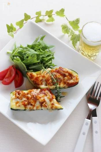 粗みじんにした鶏ささみ肉をズッキーニに詰め、グラタンにた「ズッキーニの鶏ささみ詰め、チーズ焼き」は、市販のミートソースを使って手早く作れて、見た目も味も◎。