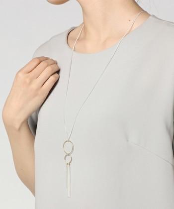 ブライダルからデイリーにも使えるアクセサリーを提供している「MAYGLOBE Veil(メイグローブ ヴェール)」のロングタッセルネックレスです。ラウンドモチーフのパーツに繋がった上品なタッセルは、エスニックに偏り過ぎずにどんなテイストの着こなしにも合わせやすいデザイン。