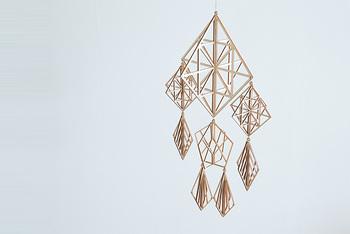 ご紹介するヒンメリは、組み立て式の木製のオーナメント。1つずつ吊り下げて楽しむのは勿論、つなげて楽しむことも出来ます。