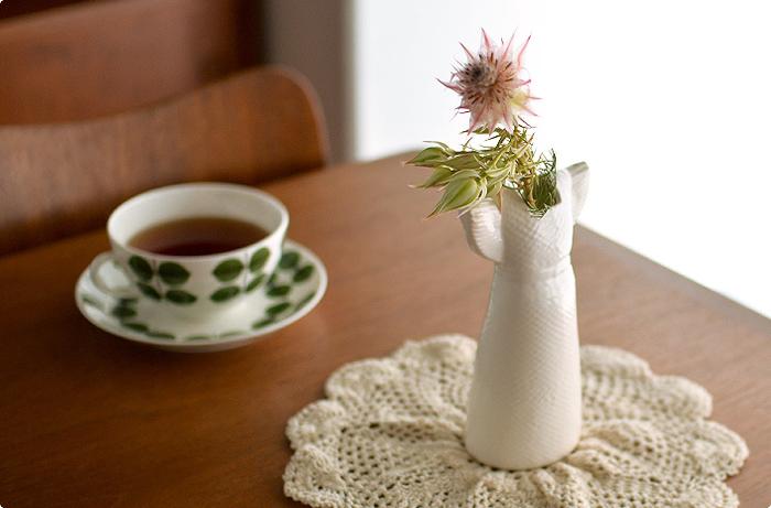"""スウェーデンを代表する陶芸家リサ・ラーソンの""""ワードローブシリーズ""""は、普段着るお洋服がモチーフになった、とても可愛らしい雰囲気の花瓶。野に咲く花や、庭先に咲く、何気ないお花を挿すのにぴったりです。 こちらはサマードレスをモチーフにした花瓶。高さがあるので、枝ものの花を生けたりするのにもおすすめ!"""
