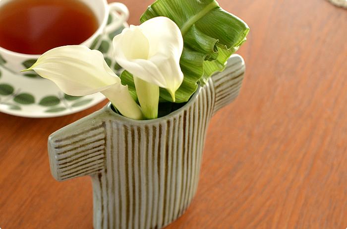 セーターをモチーフにした花瓶には、短めにカットした花がお似合いです。縦のストライプと渋いグリーン色が、どこか優しげで、気取らない雰囲気がとても魅力的。