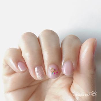 シンプルながら遊び心を感じるクリアネイル。薬指全体に散りばめられたラメと中指のカラフルなドットが、ポップな印象に仕上げてくれます。クリアベースのネイルだから、どんなファッションにも合わせやすいですね。