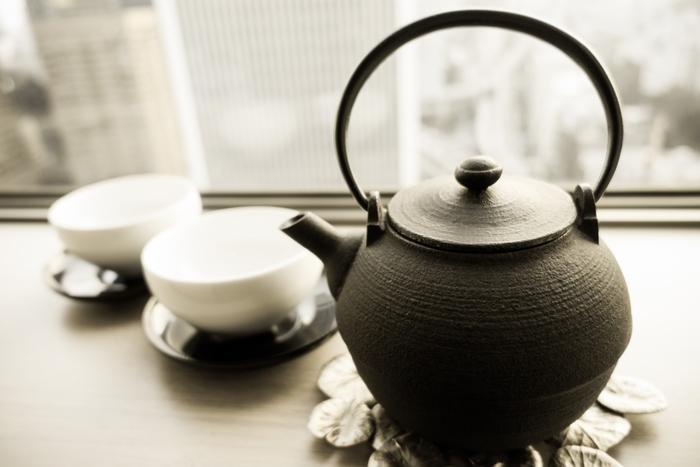 香ばしい香りが魅力のほうじ茶は、煎茶や番茶などを炒ったもの。茶色のお茶なので緑茶とは違うと思われがちですが、緑茶に分類されています。ほうじ茶を淹れる際は、香りを出すのがポイント。高温のお湯を使うことで香りが立ちます。