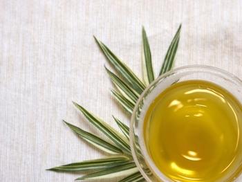 お茶の種類によって、最適なお湯の温度が違います。玉露や上級煎茶などは低めの温度でじっくり淹れます。沸かしたお湯を湯呑みに入れてしっかり冷ましましょう。ほうじ茶はその香りを活かすため高温のお湯が必須。ポットから直接急須に熱湯を入れましょう。