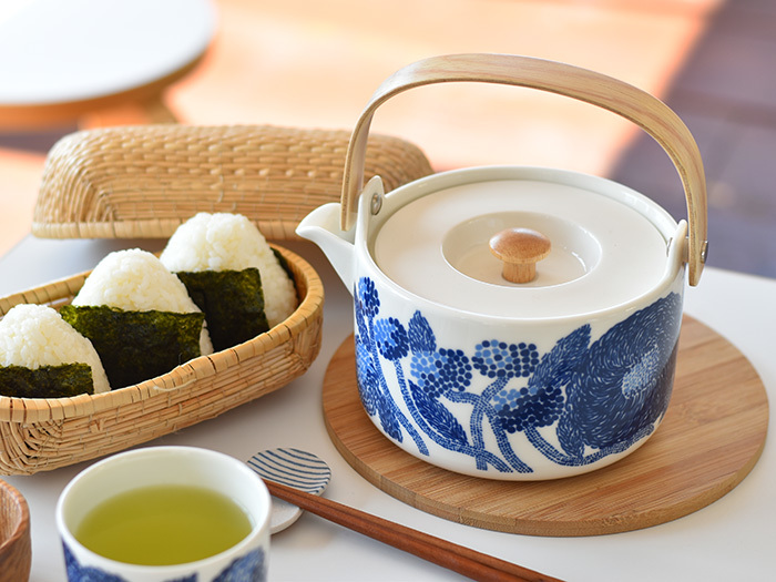 コロンとした形と鮮やかなブルーが素敵なマリメッコのティーポット。陶器製の茶こしが付いています。テーブルに置くだけでサマになる洗練されたデザインが魅力ですね。たっぷり入るので大勢のお客様が来た時も安心です♪