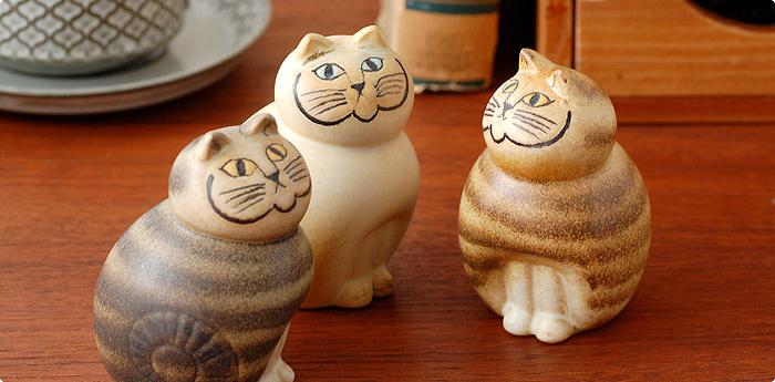 こちらでご紹介するのもリサラーソンの作品。 1965年にデザインされた、STORA ZOOシリーズの復刻版「MIA CAT」は、ちょっぴりクールな表情に、ぷっくりとした丸いボディがなんとも可愛らしいオブジェ。まさに、リサラーソンらしい、愛情が感じられる作品です。 こんな風に何個かを近づけて飾ると、まるで、猫達が井戸端会議しているよう…。