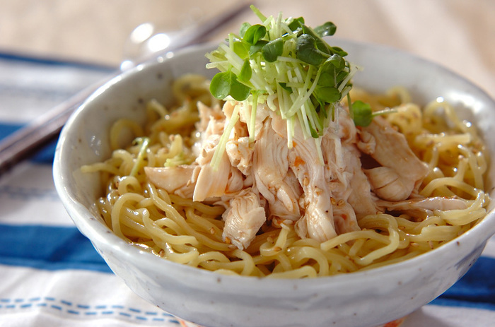 余熱で中まで火を通し、しっとり仕上がった鶏ささみに梅肉をからめ、カイワレをのせ、白ごまを散らした「梅ささ身冷やし中華」は、シンプルながらすっきりとした味わいに、リピしたくなりそう。