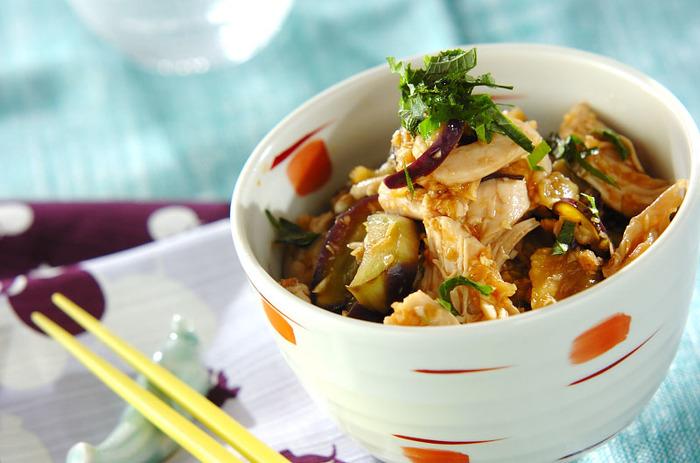 ナスと鶏ささみのヘルシーで満足できる香味丼。ナスも鶏ささみもレンジで加熱できるので、その間に薬味とタレをつくっておけば、熱々の美味しい丼が鍋を使わず作れるありがた時短レシピです。