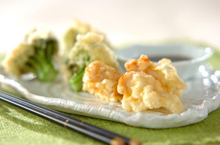 鶏ささみとブロッコリーの彩りも良い天ぷらは揚げたてが◎。夏は冷たいおそばやそうめんと一緒にいただいたり、おつまみにも適しています。