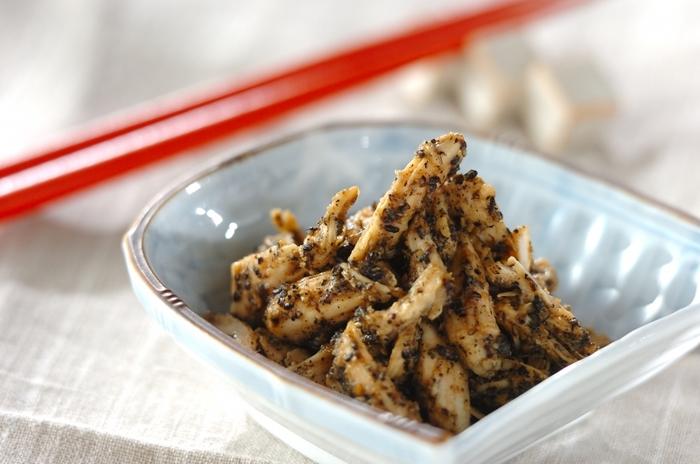 こちらの「鶏ささ身のゴマみそ和え」も、簡単で材料もシンプル、しかも電子レンジで作れる時短レシピなので、夜のおつまみや、朝のご飯のおともにも使えて便利。
