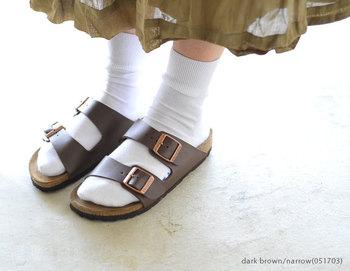 定番ともいえるビルケンシュトックのサンダル「アリゾナ」。ナロー幅とレギュラー幅の2タイプが販売されているので、足にフィットする快適なサンダルは、今から大活躍します♪ちょっと肌寒い日は、靴下を合わせて履いても可愛い♡