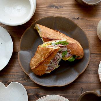 古谷製陶所の輪花皿は、やわらかく波打つ花びらのような縁がとても美しく、動きが感じられるプレートです。色味に奥行きのあるブラウンの小皿には、ちいさなおかずやクッキーなどのスイーツもよく合いますね。