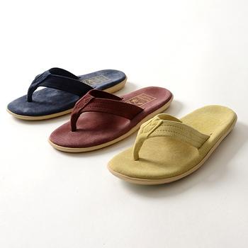 ハワイ・オアフ島で誕生したアイランドスリッパ。快適な履き心地を求めて、一足ずつハンドメイドで丁寧に仕上げられています。