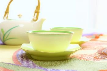 栽培時に、20日ほど光を遮って育てたお茶を玉露と呼びます。日光を遮ることによって、旨味成分が多く、渋味が少ないお茶になります。高級緑茶としても知られていますね。玉露は低温のお湯でじっくりと淹れるのがポイントです。