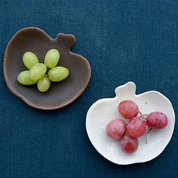渋さの中に可愛らしさがある。そんなリンゴ皿は豆皿のように使ったり、フォークレストとして使うのもいいですね。和の食器が集まる食卓に、ちいさく変化をつけることができます。