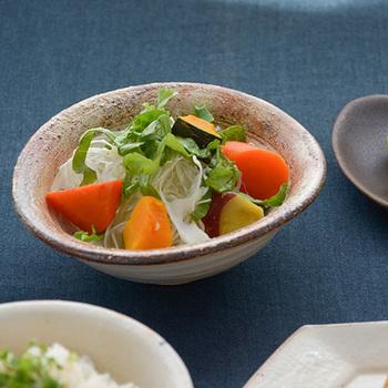 すこしたわんだような古谷製陶所の豆鉢は、広がりがあるうつわなので、少ない具材でもたっぷりと見せることができます。ざらりとした表面に味わいが感じられます。