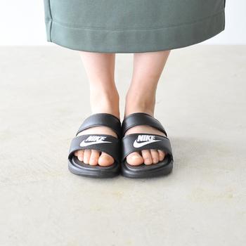 ナイキ のベナッシ・デュオ・ウルトラスライド サンダルは、コレクションの中で最も軽量なため、軽やかな履き心地となっています。