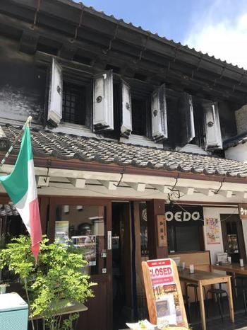 菓子屋横丁に向かう石畳の道、大正浪漫通り沿いにある「ウッドベイカーズ」。いかにも小江戸といった風情の店構えなのに、石窯ピッツァで有名なイタリアンのお店なんです。