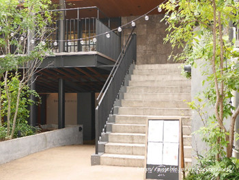 代官山の駅から徒歩5分ほど歩くと見えてくる、緑に囲まれた、子供とクリエイターを育む新型複合ビル「sodacco」。その階段を2階へと登って行くと…。