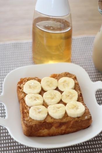 朝ごはんがトースト派であれば、バナナとピーナッツバターにはちみつを合わせるのも良いでしょう。食べ応えがありますので、朝から元気になれますよ♪