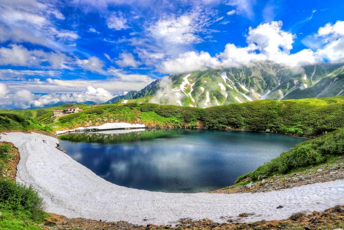立山火山の火山湖であるみくりが池は、室堂平でも指折りの景勝地で、標高2405メートルの高原に位置しています。