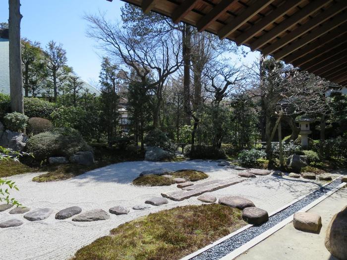 """枯山水(かれさんすい)のお庭が美しい、1570年頃に建立された茶室 喜泉庵を復興した由緒あるお茶室""""浄妙寺 喜泉庵(きせんあん)""""。"""