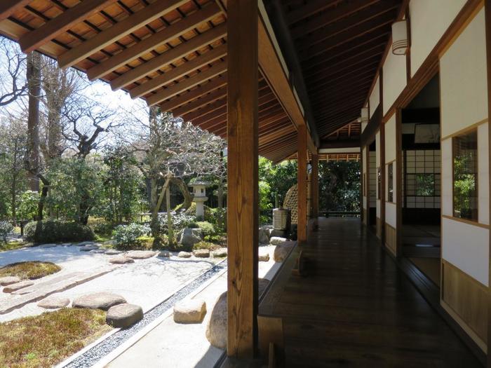 庭園には、まるで京都に来たような趣ある景色が広がります。こんな素敵なお庭をゆっくりと眺めていたら心が洗われて、日頃の疲れも癒されそうです。
