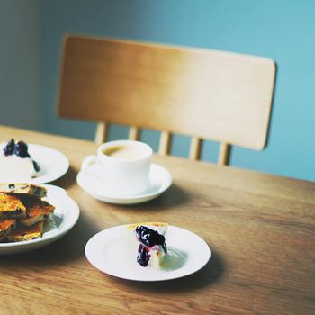 """レジに注文しに行くスタイルのカフェで、飲み物や軽食を注文する場合は、店内でいただくか、お持ち帰りかも聞かれます。  だいたいは""""For eat in or take away?""""または、""""For here or to go?""""と聞かれるのですが、注文の際に自分から、""""Small cappuccino for take away.""""「sサイズのカプチーノをお持ち帰りで」のように言ってしまえば、スムーズに済みます。"""