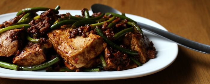 にんにくの芽と豚ひき肉を入れた味噌炒めは、調理中に立ち上がる香りから食欲を刺激します。しっかり味が絡まった木綿豆腐がまたいい表情!食べ盛りの子どもも喜びそうな一品です。