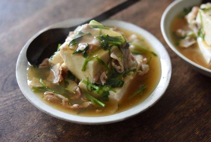 青菜と豚ばらのあんかけを温めた豆腐にかけていただく温奴。しょうがの絞り汁の入ったアツアツのあんが体を温めます。夏場の体力が落ちがちな時こそ温活!口当たりがよくてボリュームもあるおかずで元気を維持しましょう。
