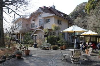 """水琴窟の1つ目のスポットとしてご紹介した浄妙寺の境内にある""""石窯ガーデンテラス""""。洋館のようなおしゃれな建物が目印です。"""