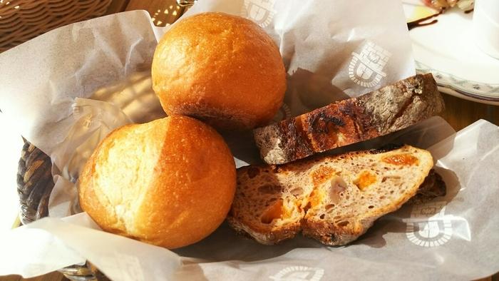 石窯で焼き上げたできたてのパンは店内で食べられるほか、テイクアウトもできます。石窯ガーデンテラスで丁寧に作られたパンにはホップ種が使われていて、小麦の自然な甘さと奥深い味わいのある焼き上がりが絶妙!
